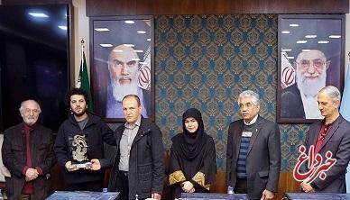 اهدای سیمرغ صنایعدستی به عوامل فیلم منتخب مردم در جشنواره فجر